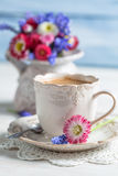 Cup of hot coffee and spring flowers Royalty Free Stock Photos