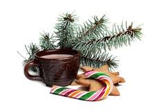 Cup Kakao mit Ingwerplätzchen und -süßigkeit Stockbild