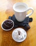 Cup Milch mit Schokolade Stockbild