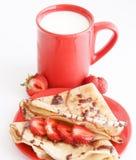 Cup Milch und Kuchen mit Erdbeere Lizenzfreie Stockfotos