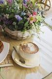Cup mit Kaffee und Flieder Stockfoto