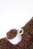 Cup mit Kaffeebohnen Lizenzfreie Stockfotografie