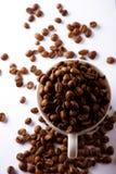 Cup mit Kaffeebohnen Stockfotos