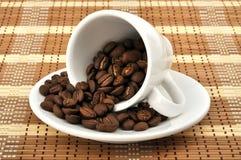 Cup mit Kaffeebohnen Stockbild