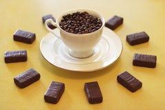 Cup mit Kaffeebohnen Stockfotografie