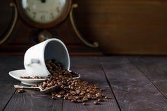 Cup mit Kaffeebohnen auf dunklem Hintergrund Lizenzfreie Stockbilder