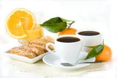 Cup schwarzer Kaffee, Eclairs, Saft und Frucht. Lizenzfreies Stockbild