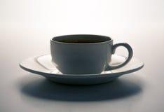 Cup schwarzer Kaffee mit gebratenen coffe Bohnen mit Titelespresso Lizenzfreie Stockfotografie