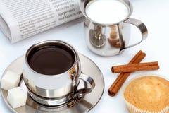 Cup schwarzer Kaffee mit Muffin, Milch und Zimt stockbilder