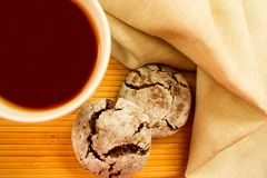 A cup of tea and chocolate chip cookies royalty free stock photography