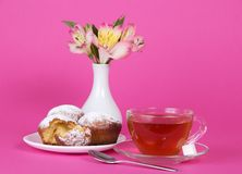 Cup with tea and cupcakes Royalty Free Stock Photography