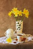 Cup of tea and daffodils Royalty Free Stock Photos