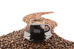 Cup und Kaffeebohnen Stockfoto