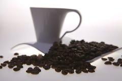 Cup und Kaffeebohnen Lizenzfreies Stockfoto