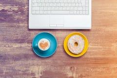 Cup und Laptop lizenzfreies stockfoto