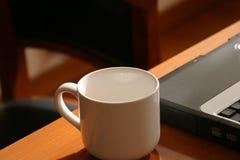 Cup und Laptop lizenzfreie stockfotos