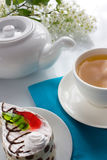 Cup Vogelkirschetee und Schwammkuchen mit Gelee Lizenzfreie Stockfotografie