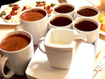 Cup voll Kaffee lizenzfreie stockfotografie