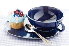 Cupcake και μπλε φλυτζάνι Στοκ Εικόνες