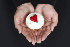 cupcake καρδιές που κρατούν την &al Στοκ Εικόνες