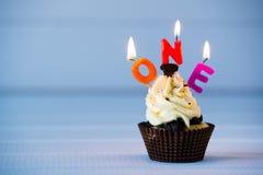 Cupcake με κεριά για 1 - πρώτα γενέθλια Στοκ φωτογραφία με δικαίωμα ελεύθερης χρήσης