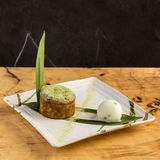 Cupcake με τα άλγη σε ένα φύλλο μπανανών με μια σέσουλα του παγωτού Στοκ φωτογραφία με δικαίωμα ελεύθερης χρήσης