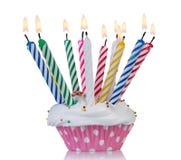 Cupcake με τα ζωηρόχρωμα κεριά Στοκ εικόνα με δικαίωμα ελεύθερης χρήσης