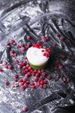 Cupcake με τα κόκκινα μούρα, το βακκίνιο σε ένα σκοτεινό backgroun στοκ φωτογραφίες