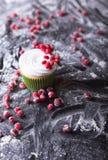 Cupcake με τα κόκκινα μούρα, το βακκίνιο σε ένα σκοτεινό backgroun στοκ εικόνες με δικαίωμα ελεύθερης χρήσης