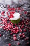 Cupcake με τα κόκκινα μούρα, το βακκίνιο σε ένα σκοτεινό backgroun στοκ εικόνα με δικαίωμα ελεύθερης χρήσης