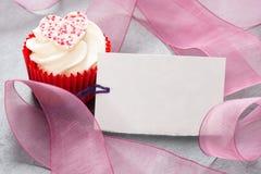 Cupcake με την κενή ημέρα μητέρων βαλεντίνων καρτών ετικεττών Στοκ εικόνα με δικαίωμα ελεύθερης χρήσης