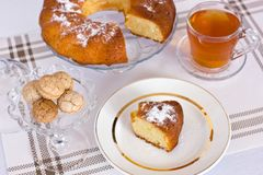 Cupcake με την κονιοποιημένη ζάχαρη σε ένα βάζο Μια φέτα του κέικ σε ένα μόριο Στοκ Εικόνα
