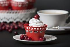 Cupcake με την κρέμα και τα τα βακκίνια Στοκ φωτογραφία με δικαίωμα ελεύθερης χρήσης