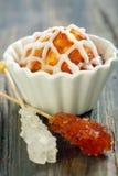 Cupcake με την τήξη, ραβδί με την άσπρη και καφετιά ζάχαρη. Στοκ φωτογραφίες με δικαίωμα ελεύθερης χρήσης