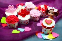Cupcake με τη διακόσμηση καρδιών σε ένα άσπρο ξύλινο υπόβαθρο Έννοια αγάπης και ημέρας βαλεντίνων ` s στοκ φωτογραφίες με δικαίωμα ελεύθερης χρήσης