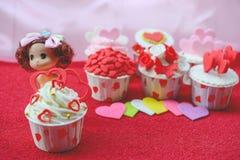 Cupcake με τη διακόσμηση καρδιών σε ένα άσπρο ξύλινο υπόβαθρο Έννοια αγάπης και ημέρας βαλεντίνων ` s στοκ φωτογραφία