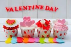 Cupcake με τη διακόσμηση καρδιών σε ένα άσπρο ξύλινο υπόβαθρο Έννοια αγάπης και ημέρας βαλεντίνων ` s στοκ εικόνα