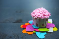 Cupcake με τη διακόσμηση καρδιών σε ένα άσπρο ξύλινο υπόβαθρο Έννοια αγάπης και ημέρας βαλεντίνων ` s στοκ εικόνες