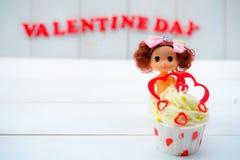 Cupcake με τη διακόσμηση καρδιών σε ένα άσπρο ξύλινο υπόβαθρο Έννοια αγάπης και ημέρας βαλεντίνων ` s στοκ φωτογραφίες
