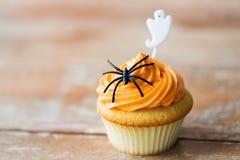 Cupcake με τη διακόσμηση αποκριών στον πίνακα Στοκ Φωτογραφίες