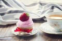 Cupcake με τη φράουλα Στοκ φωτογραφίες με δικαίωμα ελεύθερης χρήσης