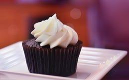 Cupcake με το ζωηρόχρωμο υπόβαθρο στοκ φωτογραφίες με δικαίωμα ελεύθερης χρήσης
