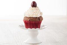 Cupcake με το κεράσι Στοκ φωτογραφία με δικαίωμα ελεύθερης χρήσης