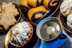Cupcake, μπισκότα, ρόλοι παπαρουνών, coffe Στοκ φωτογραφία με δικαίωμα ελεύθερης χρήσης