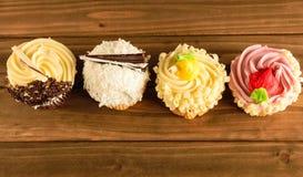 Cupcake που ευθυγραμμίζεται σε έναν υπόλοιπο κόσμο Στοκ Εικόνες