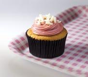 Cupcake στην εξυπηρέτηση του δίσκου Στοκ εικόνα με δικαίωμα ελεύθερης χρήσης