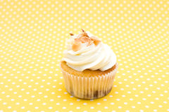 Cupcake στο εκλεκτής ποιότητας υπόβαθρο Στοκ φωτογραφία με δικαίωμα ελεύθερης χρήσης