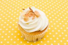 Cupcake στο εκλεκτής ποιότητας υπόβαθρο Στοκ εικόνα με δικαίωμα ελεύθερης χρήσης