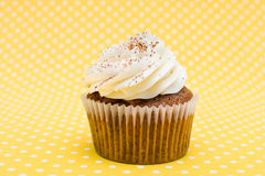 Cupcake στο εκλεκτής ποιότητας υπόβαθρο Στοκ Εικόνα