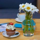 Cupcake στο πιάτο και chamomile Στοκ φωτογραφία με δικαίωμα ελεύθερης χρήσης